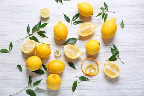 Multe remedii naturiste pentru cicatrici includ zeamă de lămâie