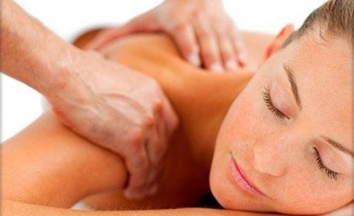 5 sfaturi și remedii pentru gâtul înțepenit