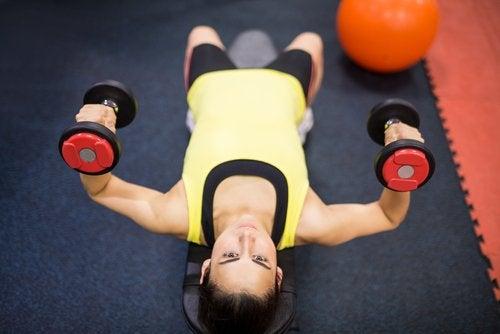 Ridicarea greutăților se află pe lista de exerciții fizice benefice pentru creier