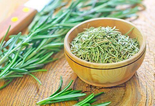 Cu rozmarin poți face balsam natural pentru întărirea părului