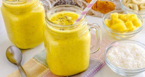 Acest smoothie cu banane și curcuma are multe ingrediente sănătoase