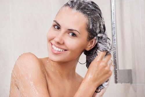 Trucuri pentru un păr puternic fără chimicale