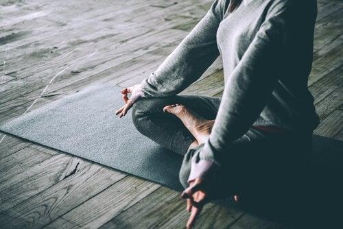 Practică yoga pentru a combate stresul și a preveni albirea părului
