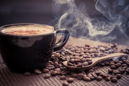 O cană de cafea intră în categoria de alimente care irită vezica urinară