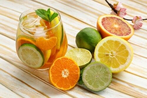 Beneficii ale consumului de citrice sub formă de suc