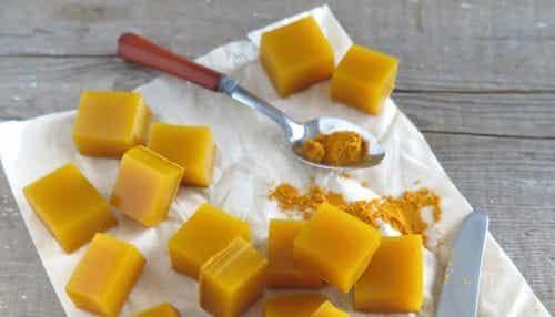 Cuburi de gelatină cu miere și curcuma