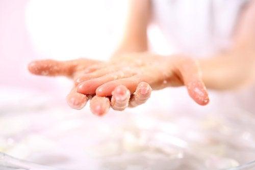 Exfoliante naturale pentru mâini