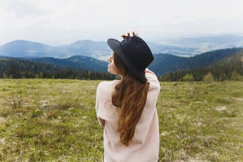 Fată purtând o pălărie în natură