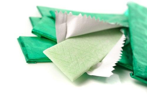 Nu mesteca gumă fără zahăr pentru a avea un abdomen plat