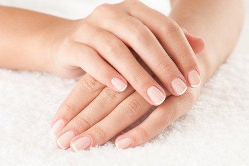 Folosește un tratament de înfrumusețare cu apă oxigenată pentru unghii