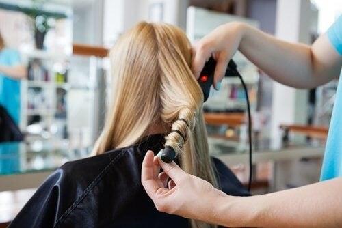 Îngrijirea părului cu folii de aluminiu nu se face doar la salon