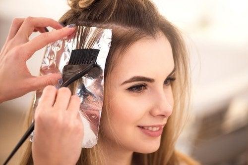 Îngrijirea părului cu folii de aluminiu este mai simplă decât bănuiești