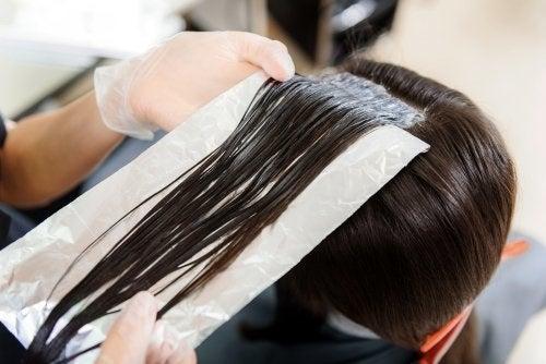 Îngrijirea părului cu folii de aluminiu – 3 trucuri