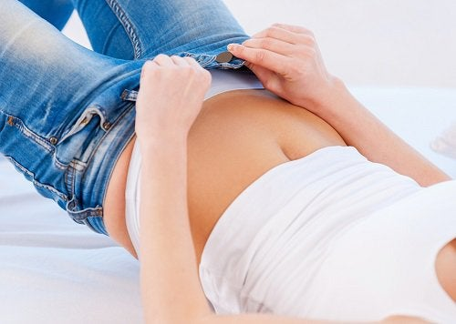Femeie verificându-și lenjeria intimă
