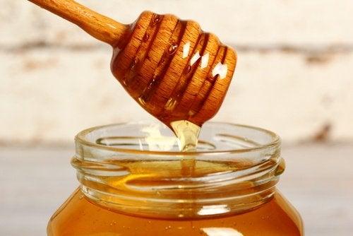 Mierea este un bun remediu pentru călcâie uscate și crăpate