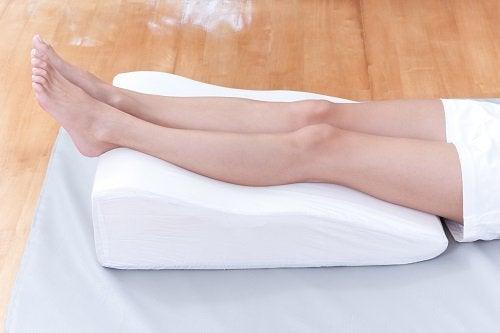 Ține picioarele ridicate pentru a preveni escarele de decubit
