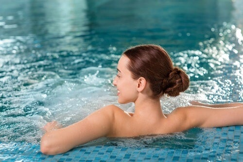 Apa caldă inclusă în diverse remedii pentru durerea lombară