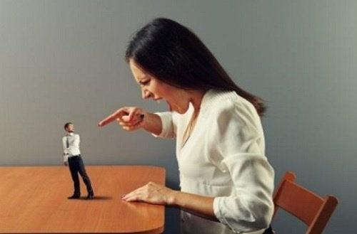 Semne ale abuzului verbal ce pot surveni într-o relație de cuplu toxică