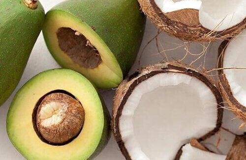 Smoothie cu avocado pentru colesterol ce conține și cocos