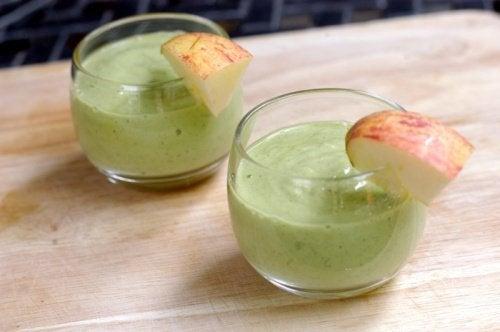 Smoothie cu avocado pentru colesterol cu bucăți de mere