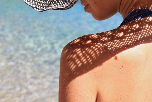 Protejează-te de soare pentru a-ți menține sânii fermi