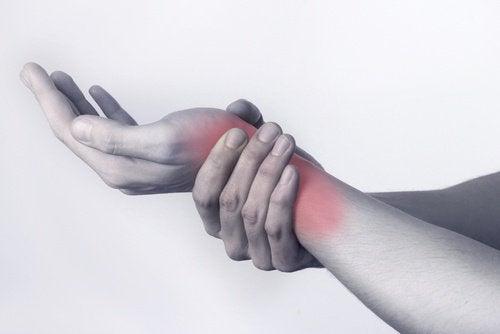 Tendinita este una dintre posibilele cauze ale durerilor articulare