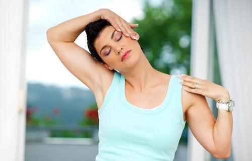 Exerciții și trucuri ca să combați durerea cervicală
