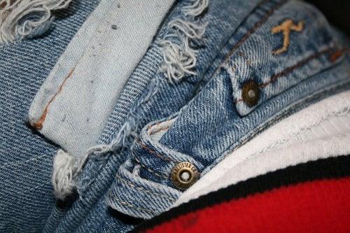 Trucuri ca să faci hainele să pară noi foarte accesibile