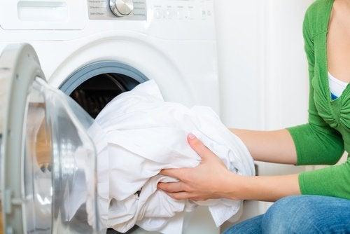Spălarea corectă și alte trucuri ca să faci hainele să pară noi