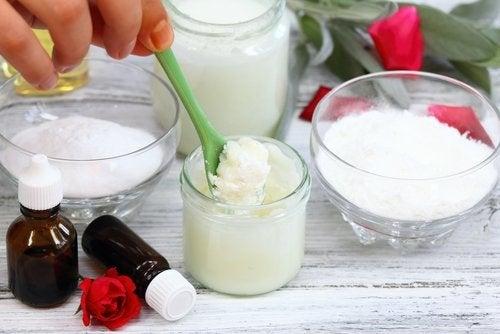 Exfoliante naturale din ulei de cocos și bicarbonat de sodiu
