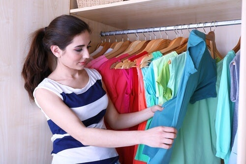 5 modalități de a aranja corect hainele în dulap