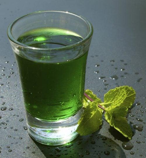 Apa verde este bogată în vitamine și minerale