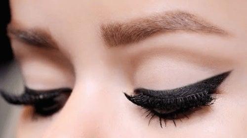 11 trucuri pentru aplicarea tușului de ochi