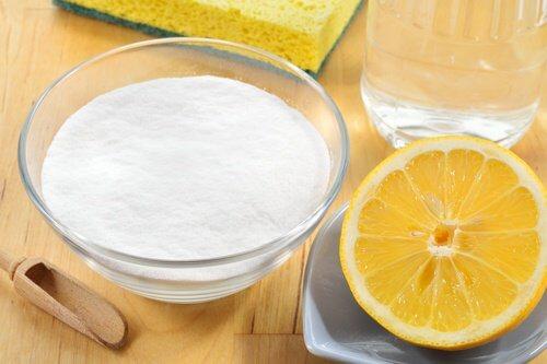Bicarbonatul curăță petele galbene de pe hainele albe