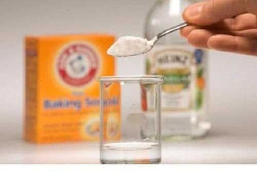Bicarbonatul inclus în trucuri pentru curățarea saltelei