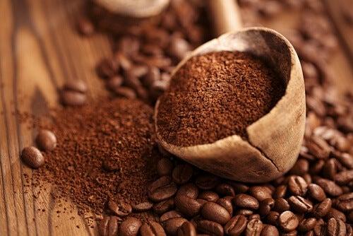 Cafea măcinată pentru eliminarea mirosului urât din șifonier