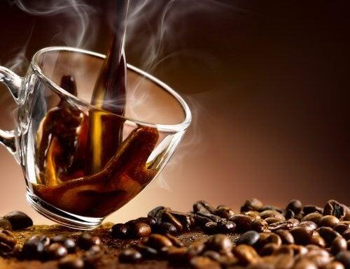 Servirea de cafea seara și alte obiceiuri nocturne care te îngrașă