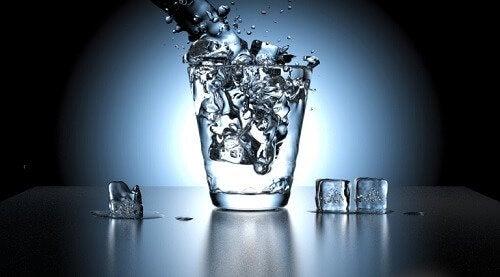 Deshidratarea intră în categoria de cauze ale urinei urât mirositoare
