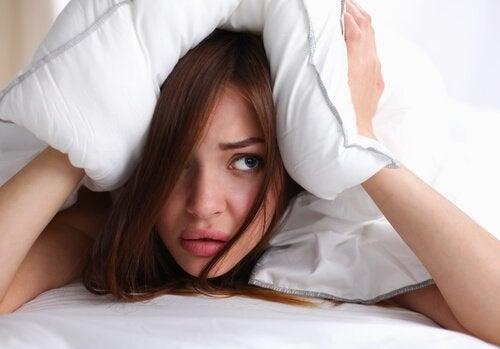 A dormi cu părul ud provoacă dureri de cap