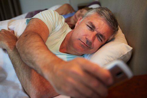 A nu dormi destul intră în categoria de obiceiuri nocturne care te îngrașă