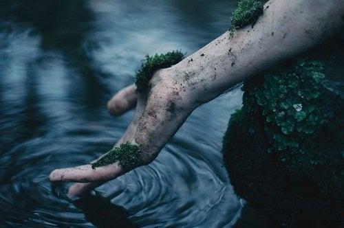 Mână care atinge apa