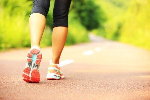 Mersul pe jos suplimentează alte exerciții pentru tonifierea brațelor