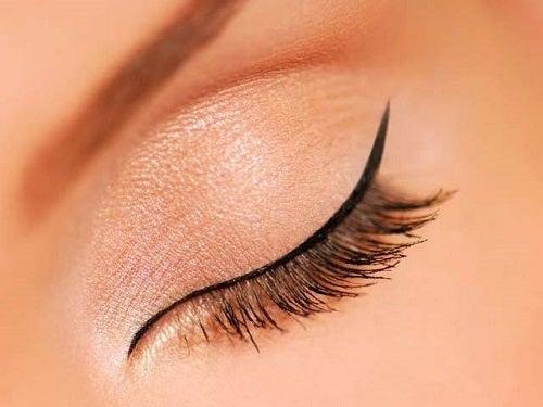 Moduri de a folosi tușul de ochi foarte simple