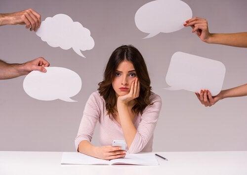 Oamenii care gândesc cu voce tare evită zgomotele
