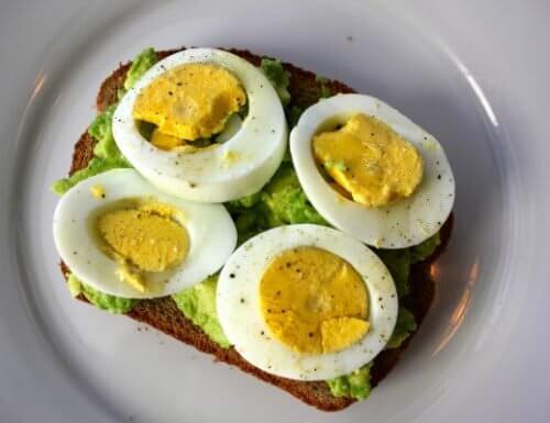Ouăle incluse într-un mic dejun pentru a elimina grăsimea