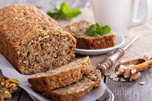 Pâine cu ovăz, banane și nuci fără gluten și lactoză