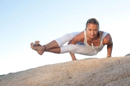 Poziții de yoga pentru slăbit ce te mențin în formă