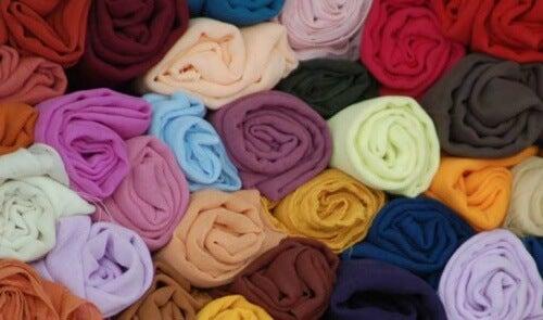 Rularea bluzelor pentru a aranja corect hainele în dulap