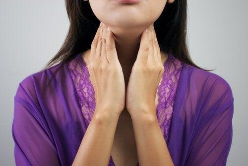 Simptome ce arată că ai probleme cu glanda tiroidă