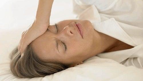 Transpirațiile reci intră în categoria de simptome ale stopului cardiac